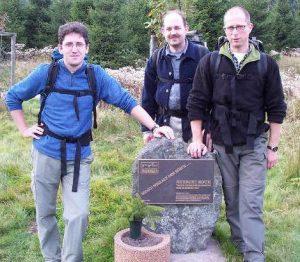 Uwe Kai und Peter stützen den Stein.